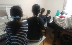 電子ピアノで四人で練習してます